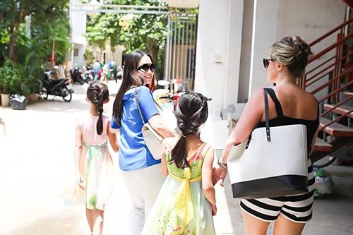 Em gái tỷ phú của Cẩm Ly đưa 2 con gái về nước - 2