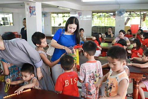 Em gái tỷ phú của Cẩm Ly đưa 2 con gái về nước - 10