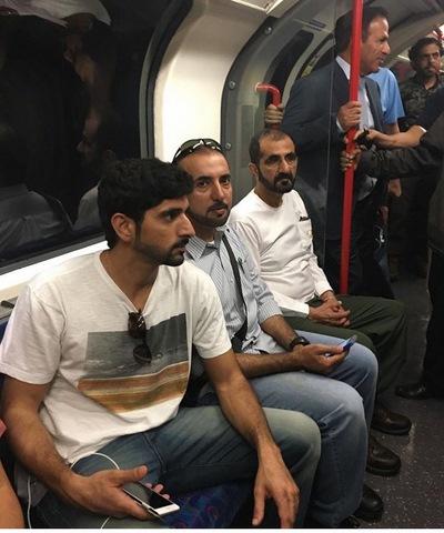Quốc vương Ả Rập Saudi mặc áo thun đi tàu điện ngầm Anh - 1