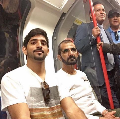 Quốc vương Ả Rập mặc áo thun đi tàu điện ngầm Anh - 2