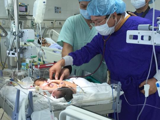 Không thể tách rời 2 bé song sinh dính liền ở Hà Giang - 1