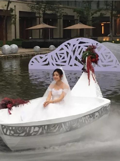 """""""Tiểu Long Nữ"""" tự chèo thuyền đến lễ cưới - 2"""
