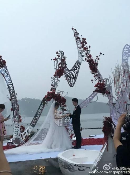 """""""Tiểu Long Nữ"""" tự chèo thuyền đến lễ cưới - 12"""