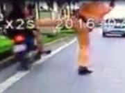 """Tin tức trong ngày - Phạt lái xe trong clip bị CSGT """"giơ chân"""" làm ngã"""