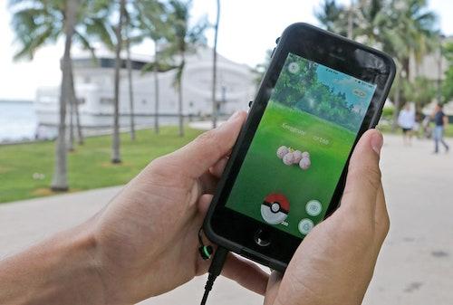 Hy hữu: 2 thanh niên bị bắn khi đang chơi Pokémon GO - 1