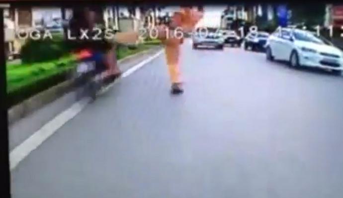 """Video: Trung úy CSGT """"giơ chân"""" nói gì? - 2"""