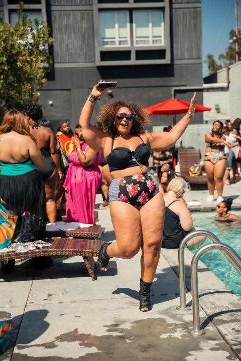 Ngắm những nàng béo cực sexy và sành điệu ở tiệc bể bơi - 9