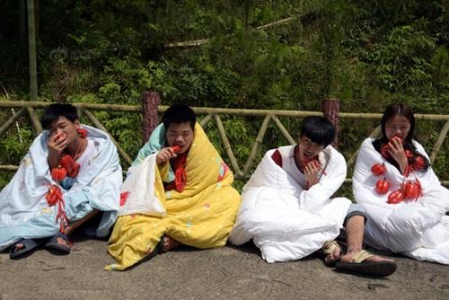 Thanh niên TQ quấn chăn, ăn ớt giữa tiết trời 38 độ - 1