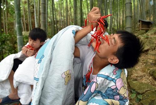 Thanh niên TQ quấn chăn, ăn ớt giữa tiết trời 38 độ - 3