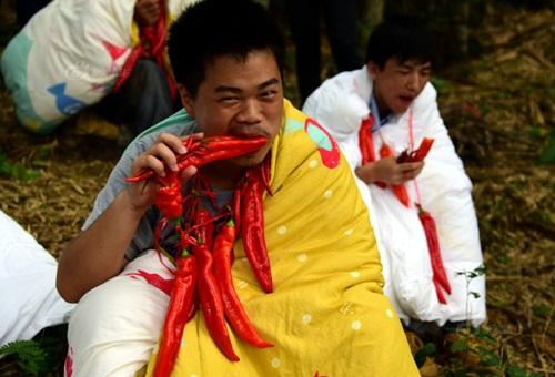 Thanh niên TQ quấn chăn, ăn ớt giữa tiết trời 38 độ - 4
