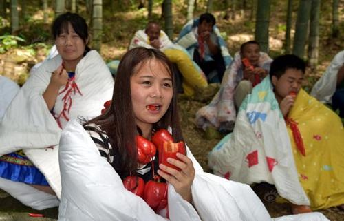 Thanh niên TQ quấn chăn, ăn ớt giữa tiết trời 38 độ - 5