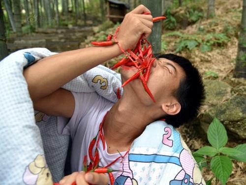 Thanh niên TQ quấn chăn, ăn ớt giữa tiết trời 38 độ - 6