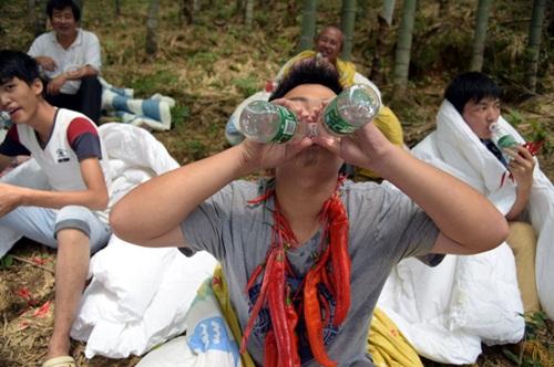 Thanh niên TQ quấn chăn, ăn ớt giữa tiết trời 38 độ - 7