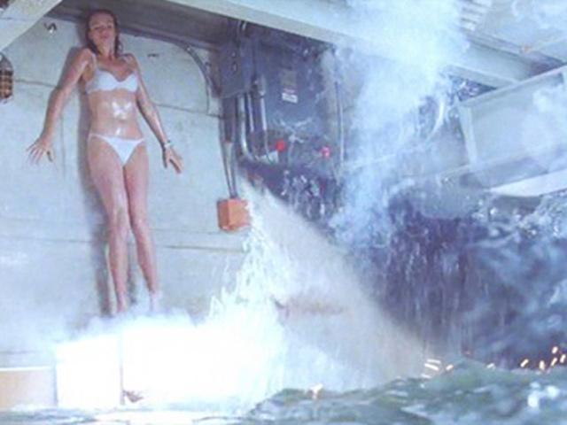 Video phim: Thót cảnh người đẹp một mình giết cá mập - 4