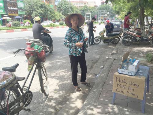 Cụ bà phát nước uống miễn phí cho người nghèo ở Thủ đô - 5