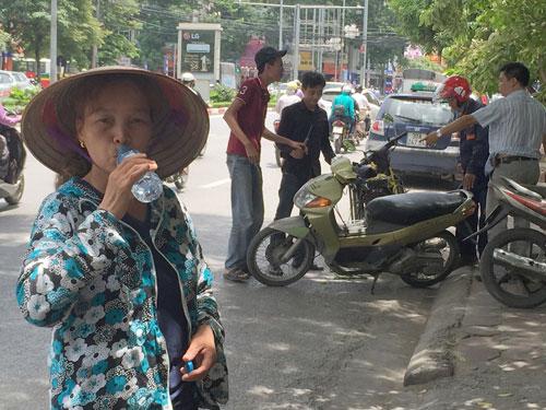 Cụ bà phát nước uống miễn phí cho người nghèo ở Thủ đô - 6