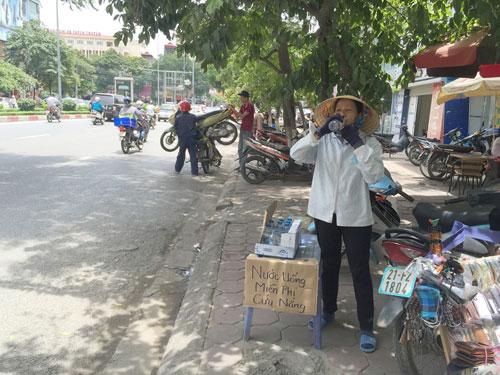 Cụ bà phát nước uống miễn phí cho người nghèo ở Thủ đô - 8