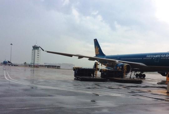 Sét đánh vỡ đường băng sân bay Tân Sơn Nhất - 1