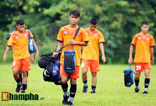 """U16 Việt Nam """"luyện công"""" dưới mưa chờ đấu bán kết - 1"""