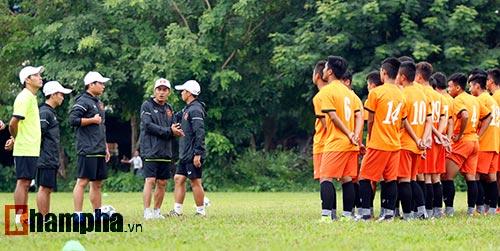"""U16 Việt Nam """"luyện công"""" dưới mưa chờ đấu bán kết - 2"""