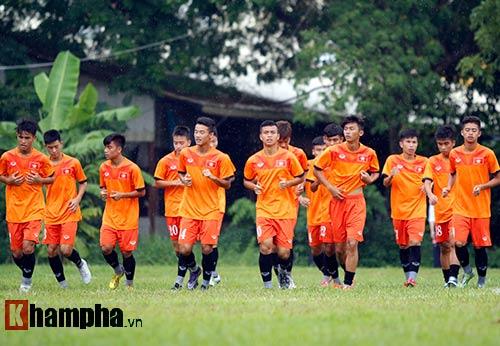 """U16 Việt Nam """"luyện công"""" dưới mưa chờ đấu bán kết - 4"""