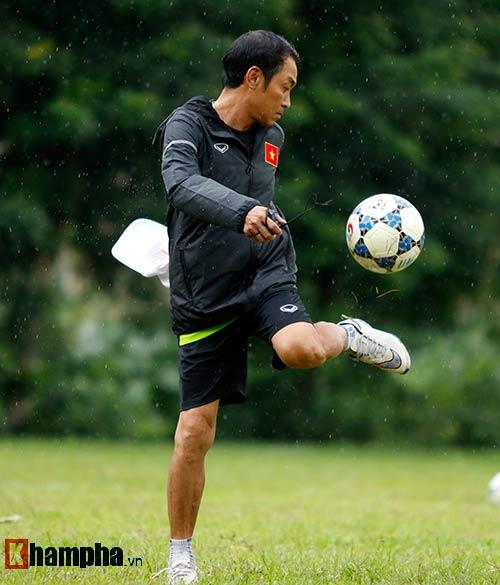 """U16 Việt Nam """"luyện công"""" dưới mưa chờ đấu bán kết - 7"""