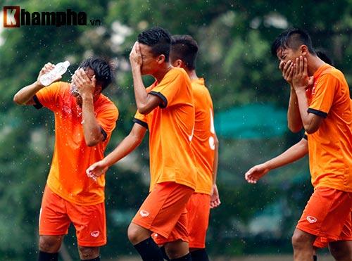 """U16 Việt Nam """"luyện công"""" dưới mưa chờ đấu bán kết - 9"""