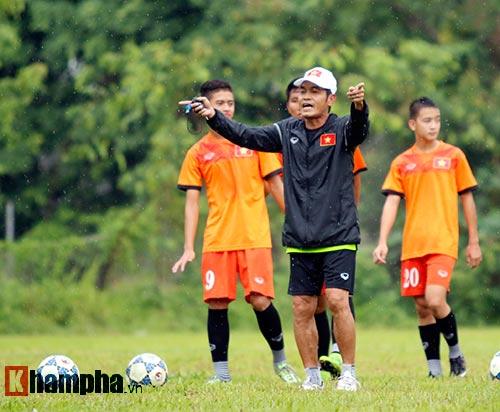 """U16 Việt Nam """"luyện công"""" dưới mưa chờ đấu bán kết - 10"""