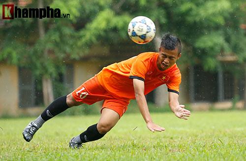 """U16 Việt Nam """"luyện công"""" dưới mưa chờ đấu bán kết - 11"""