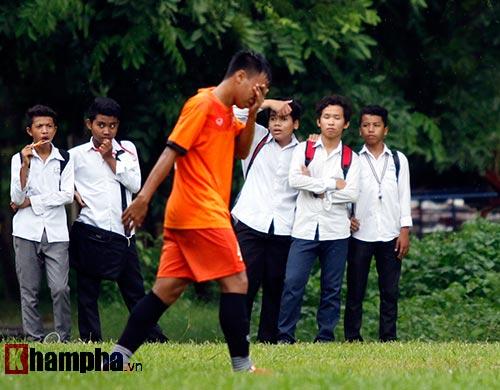 """U16 Việt Nam """"luyện công"""" dưới mưa chờ đấu bán kết - 12"""