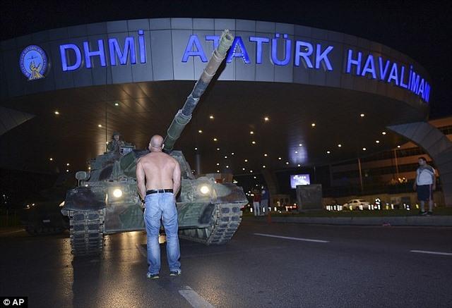 Người nằm cản xe tăng ở TNK: Nghiền nát tôi, hoặc biến đi - 3