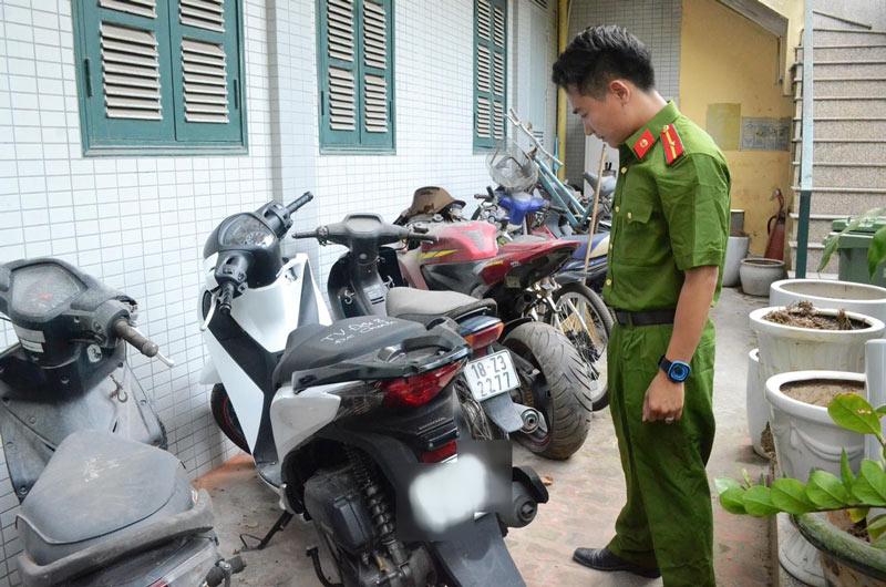 HN: Cô gái bị đánh, xịt nước vào mặt cướp mất xe máy - 2