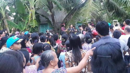 """Vừa về quê, Hồ Văn Cường đã bị người dân """"bao vây"""" - 2"""