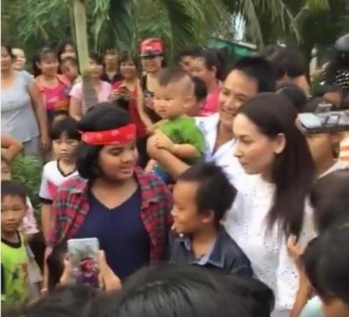 """Vừa về quê, Hồ Văn Cường đã bị người dân """"bao vây"""" - 1"""