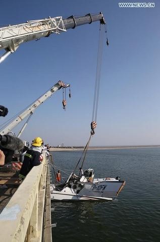 Thủy phi cơ TQ đâm vào cầu vỡ vụn, 5 người thiệt mạng - 2