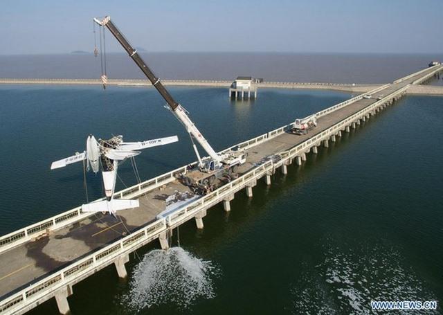 Thủy phi cơ TQ đâm vào cầu vỡ vụn, 5 người thiệt mạng - 1