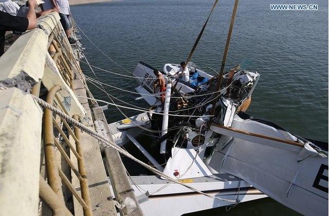 Thủy phi cơ TQ đâm vào cầu vỡ vụn, 5 người thiệt mạng - 3