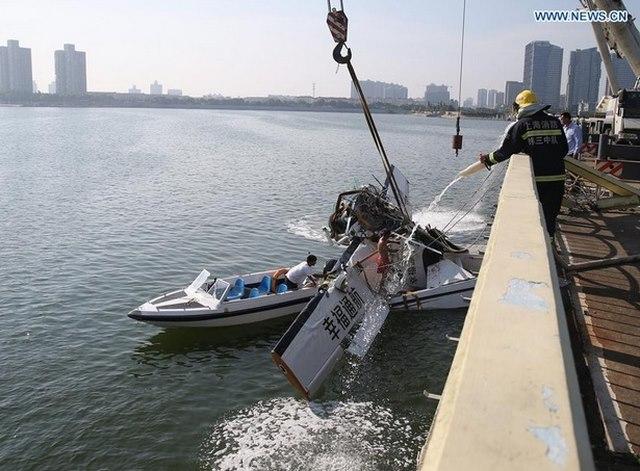 Thủy phi cơ TQ đâm vào cầu vỡ vụn, 5 người thiệt mạng - 4