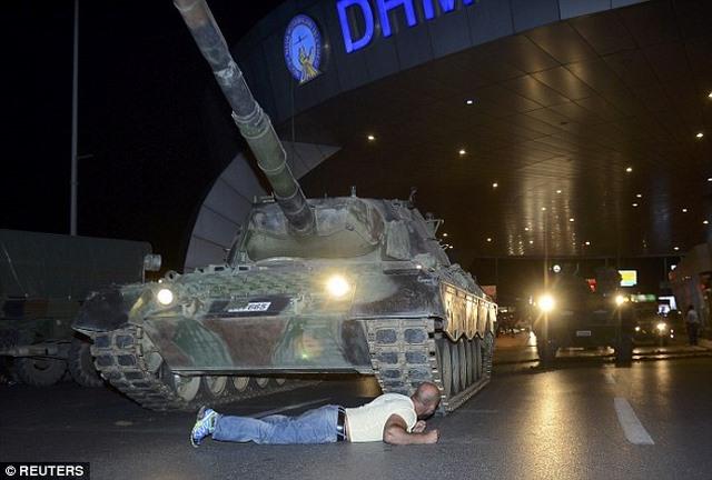 Video: Bị xe tăng cán 2 lần trong đảo chính Thổ Nhĩ Kỳ - 3