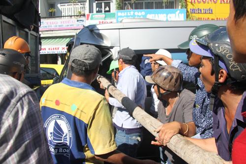 Hàng chục người giải cứu tài xế trong cabin bẹp dúm - 1