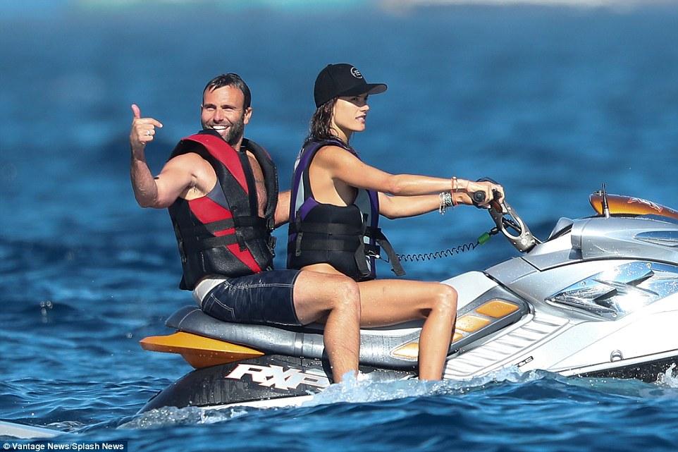 Chân dài dự tiệc của Leonardo quậy tung với bikini - 2