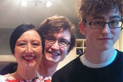 Bà mẹ kết hôn với chàng trai giống hệt con trai mình - 1