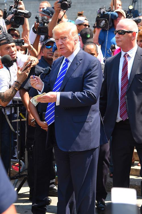 """Phong cách đeo cà vạt """"lạ"""" của tỷ phú Donald Trump - 4"""