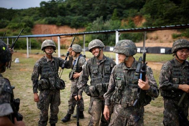 Binh sĩ HQ gần Triều Tiên tập ba-lê cho đỡ căng thẳng - 7