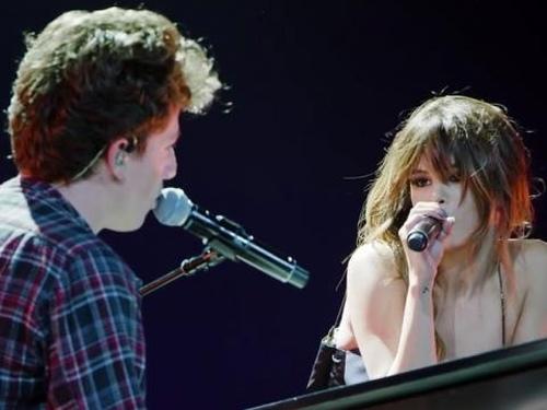 """Selena Gomez quá quyến rũ trong màn trình diễn với """"bạn trai"""" - 1"""