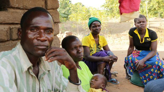 """Tục kỳ lạ ở Malawi: Thuê người đưa con gái """"vào đời"""" - 4"""