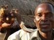 """Tục kỳ lạ ở Malawi: Thuê người đưa con gái """"vào đời"""""""