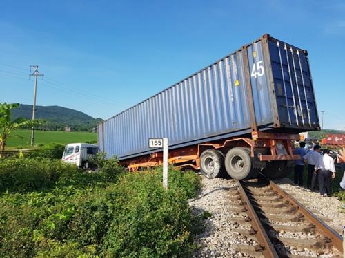 """Container """"ngủ"""" trên đường ray, tàu hỏa chờ """"dài cổ"""" - 1"""