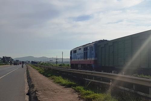 """Container """"ngủ"""" trên đường ray, tàu hỏa chờ """"dài cổ"""" - 4"""