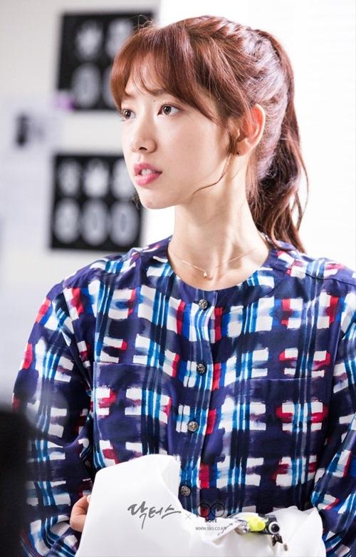 Mặc sơ mi họa tiết xinh như Park Shin Hye! - 2